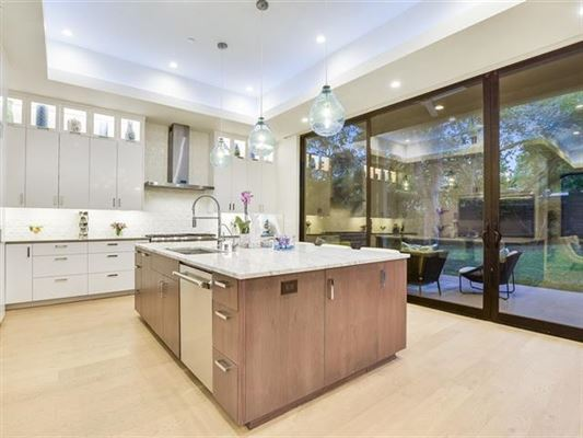 Impressive home offers AMAZING DOWNTOWN VIEWS luxury properties