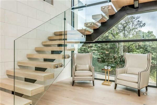 Mansions in warm and welcoming modern mastery