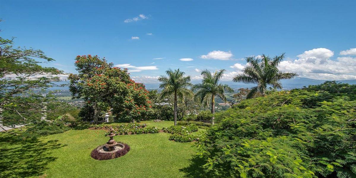 Luxury properties Casa Paseo de la Loma in Santa Ana