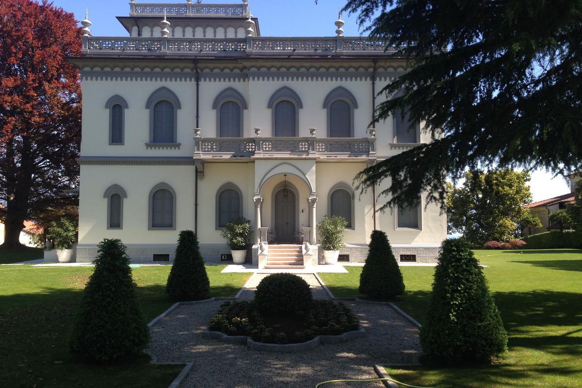 Luxury homes Prestigious historic Villa in Lesa, lakefront