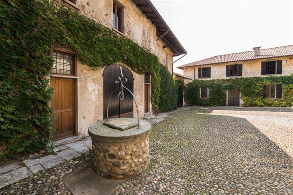 Mansions in prestigious historical property