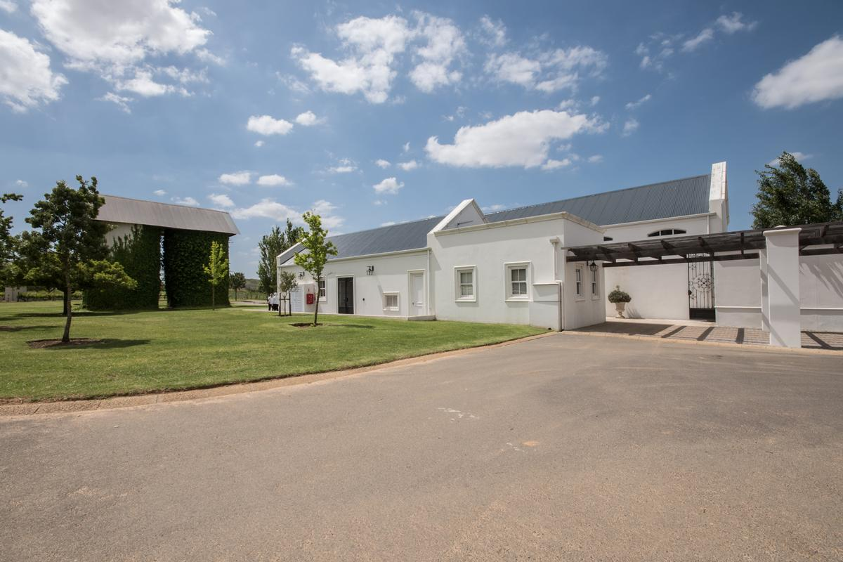 Luxury properties LIFESTYLE ON THE OUTSKIRTS OF DURBANVILLE