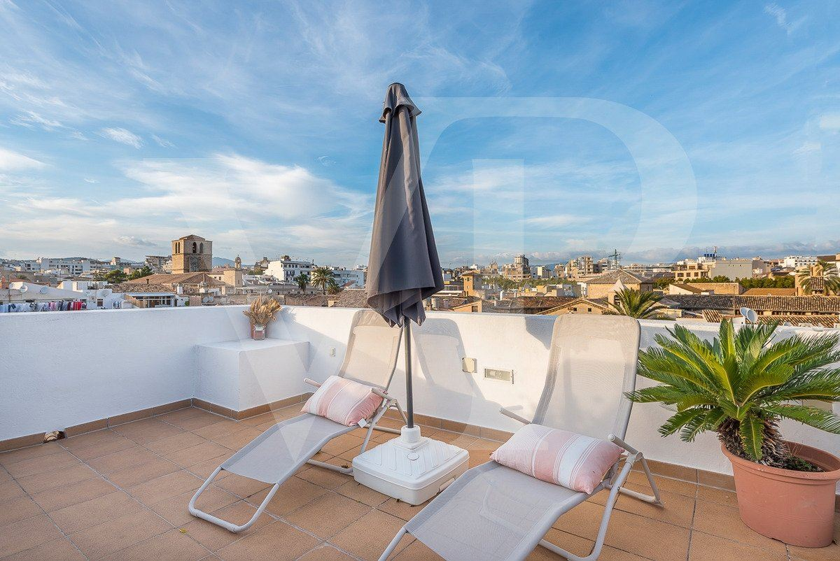Luxury homes in fantastic two-storey penthouse enjoys grand views