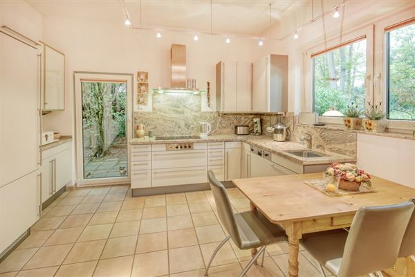 Luxury real estate Exclusive bungalow in direct city forest location