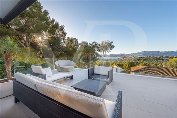 Luxury homes modern villa with grand views of bay and meeraus