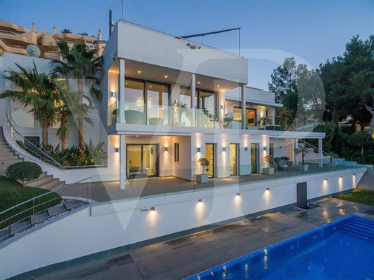 Luxury homes in modern villa with grand views of bay and meeraus