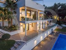 Mansions in modern villa with grand views of bay and meeraus