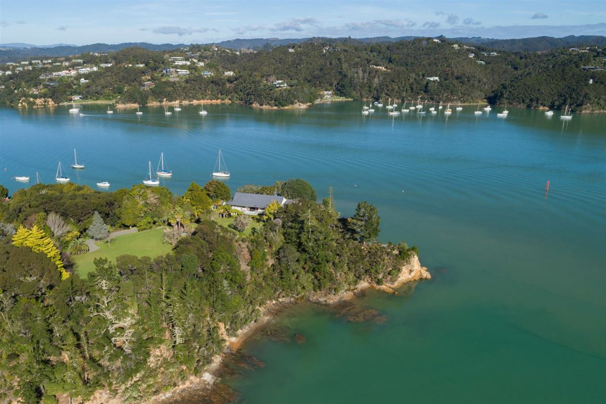 Luxury properties Spectacular Waterfront Hideaway
