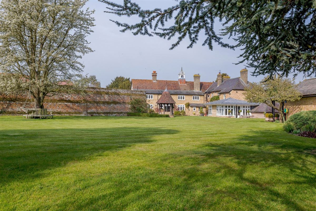 Mansions Nine Ashes Farmhouse is a substantial property on lovely grounds