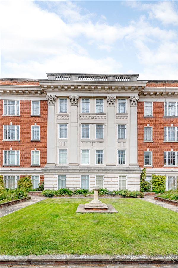 Luxury homes a well-presented apartment in an attractive mansion block
