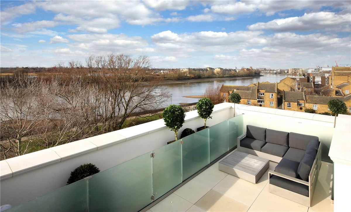 Mansions in spectacular townhouses a stone's throw from the River Thames