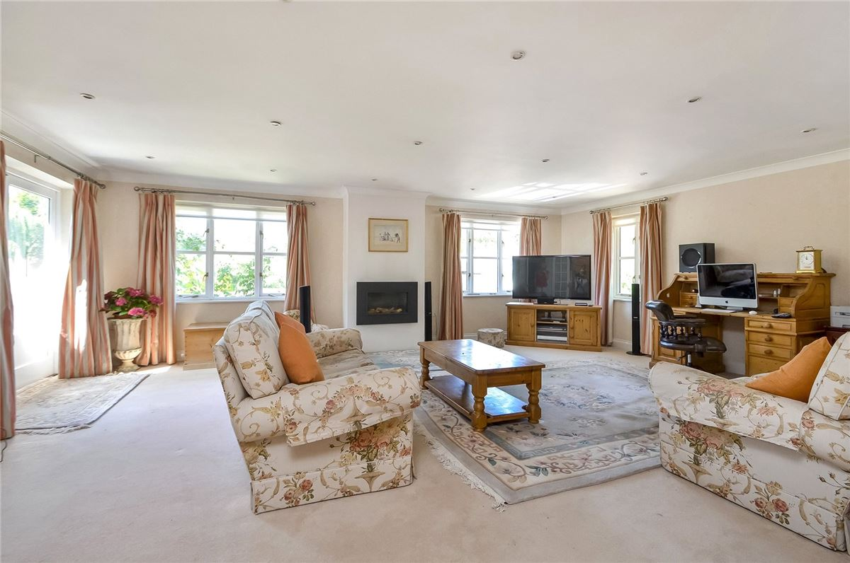 Mansions in wonderful family home on the River Itchen