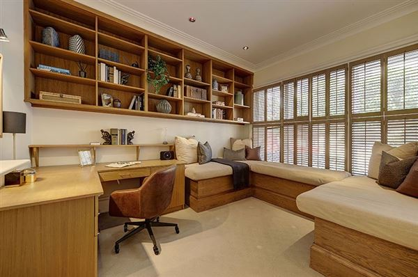 Luxury real estate enviable position in Grosvenor Crescent Mews
