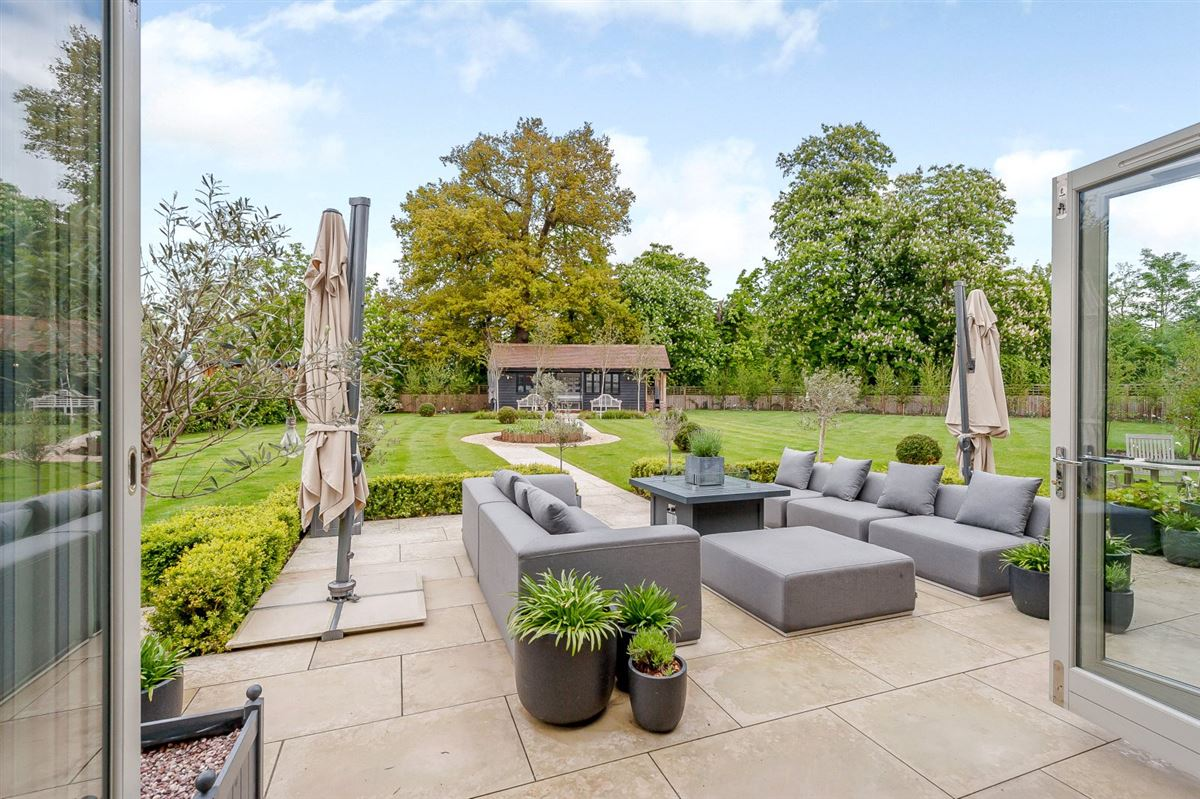 Mansions in beautifully presented modern home with lovely gardens