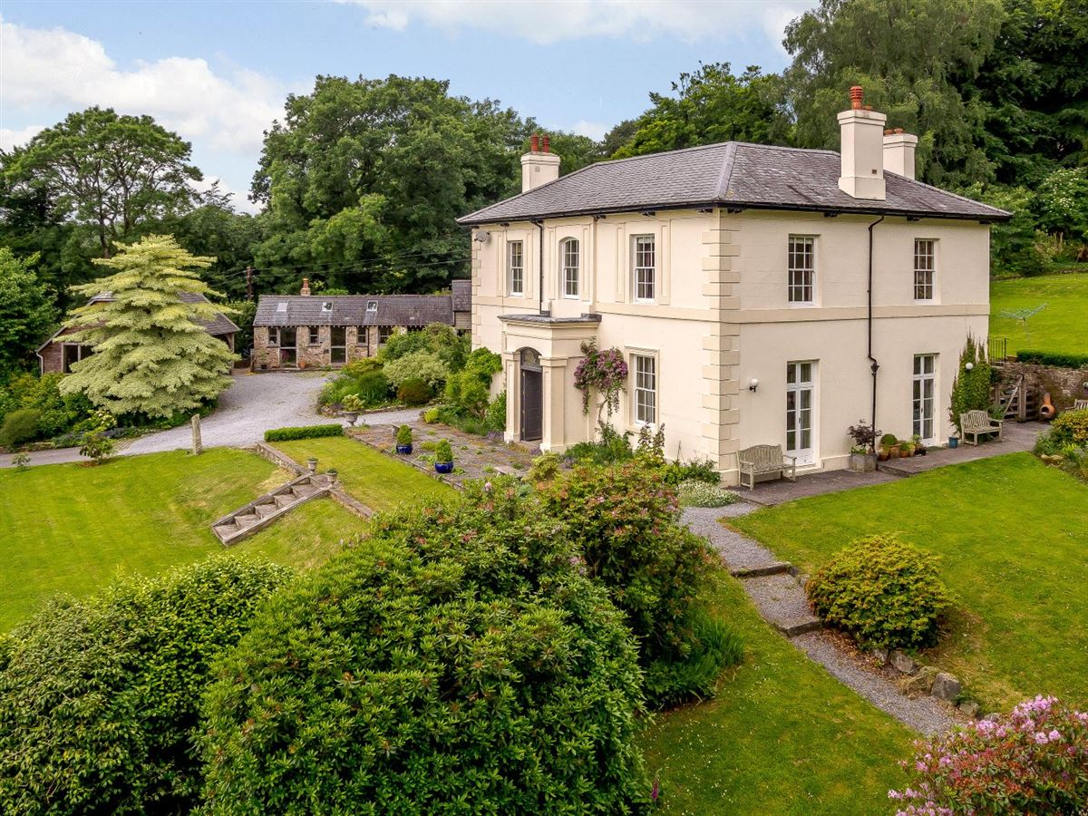 Mansions in this elegant residence boasts beautiful gardens