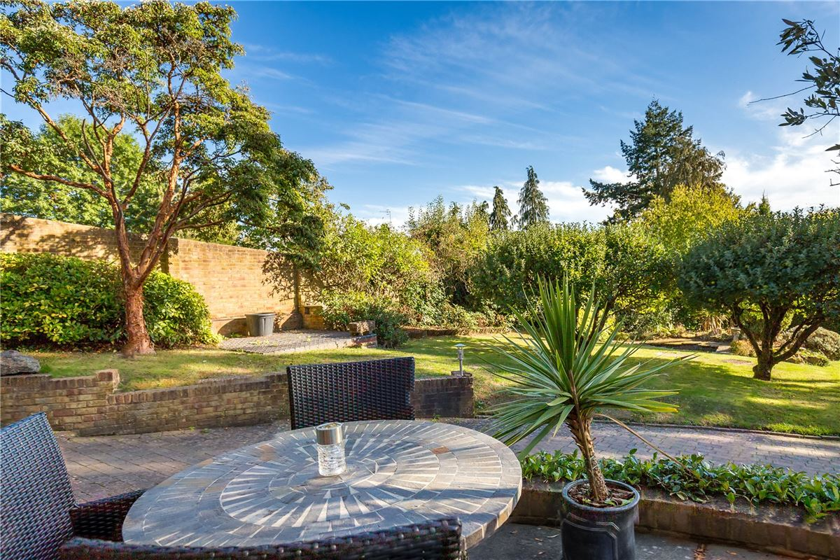 Mansions in spacious home on the edge of Wonersh