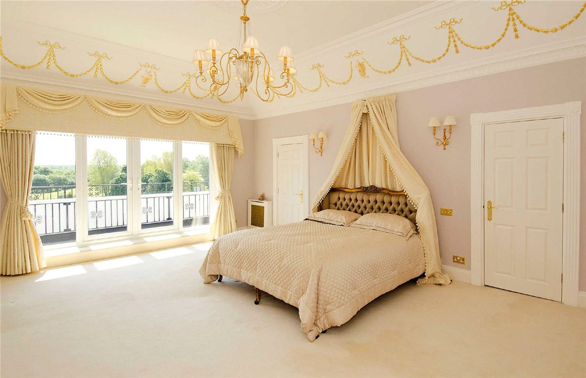 Luxury homes in Lakeside Manor
