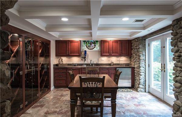 Luxurious living in Upper Grandview luxury homes