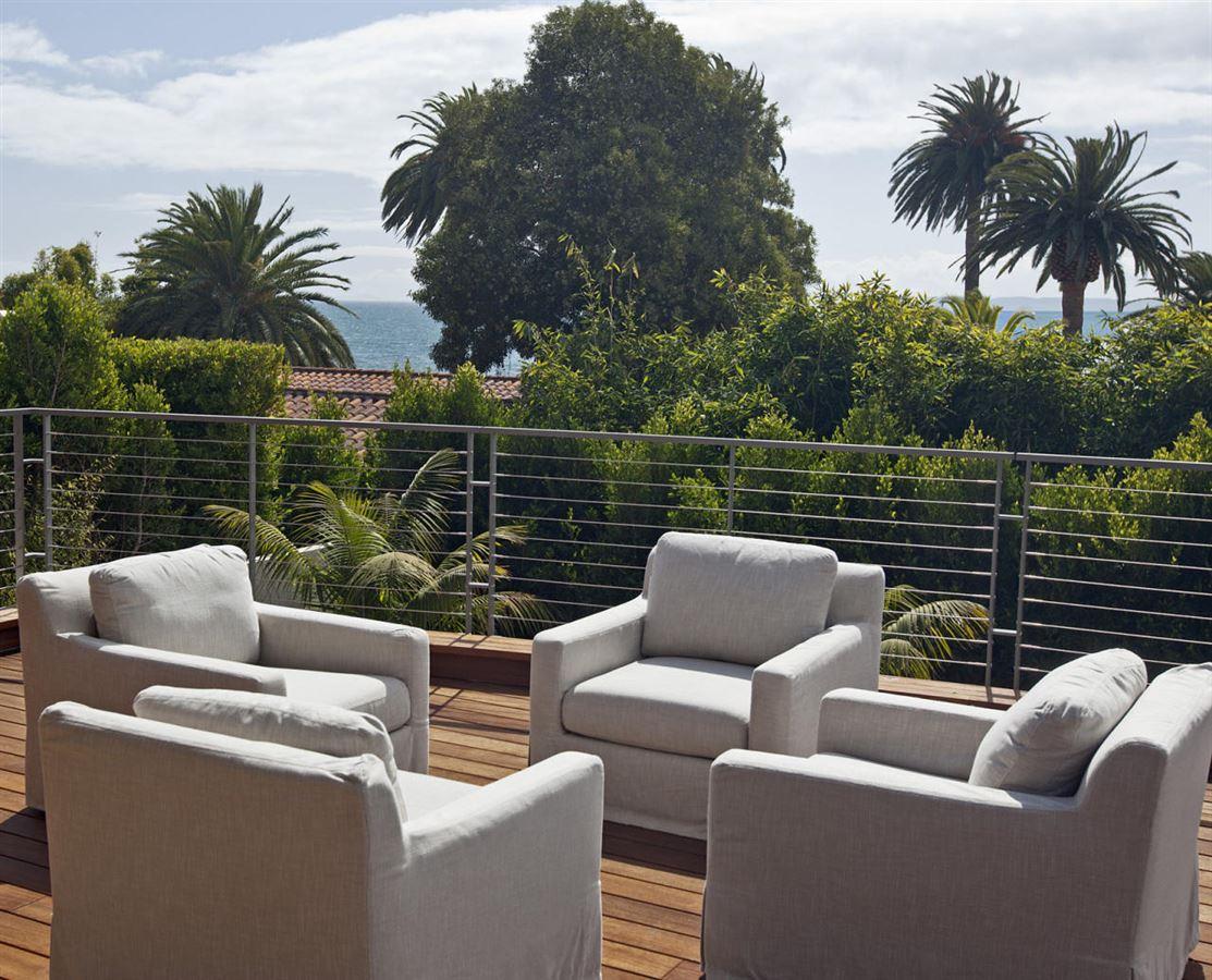 Sleek and distinctive modern retreat luxury properties