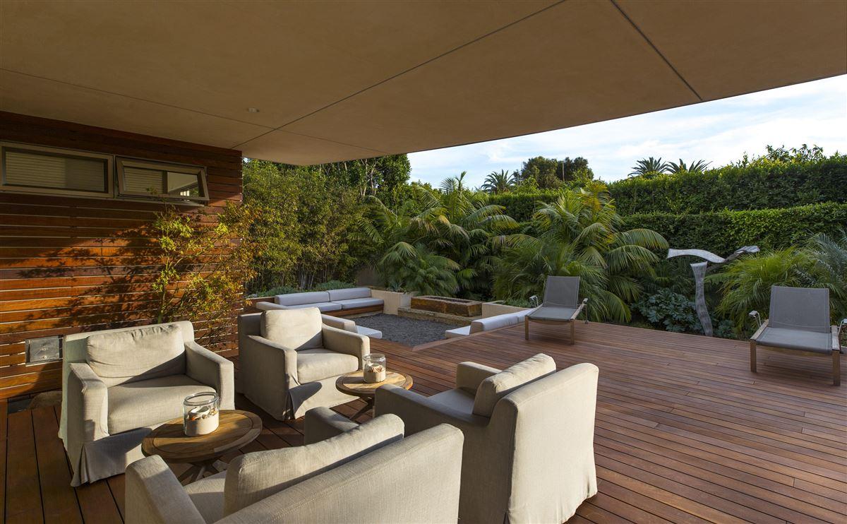 Sleek and distinctive modern retreat mansions