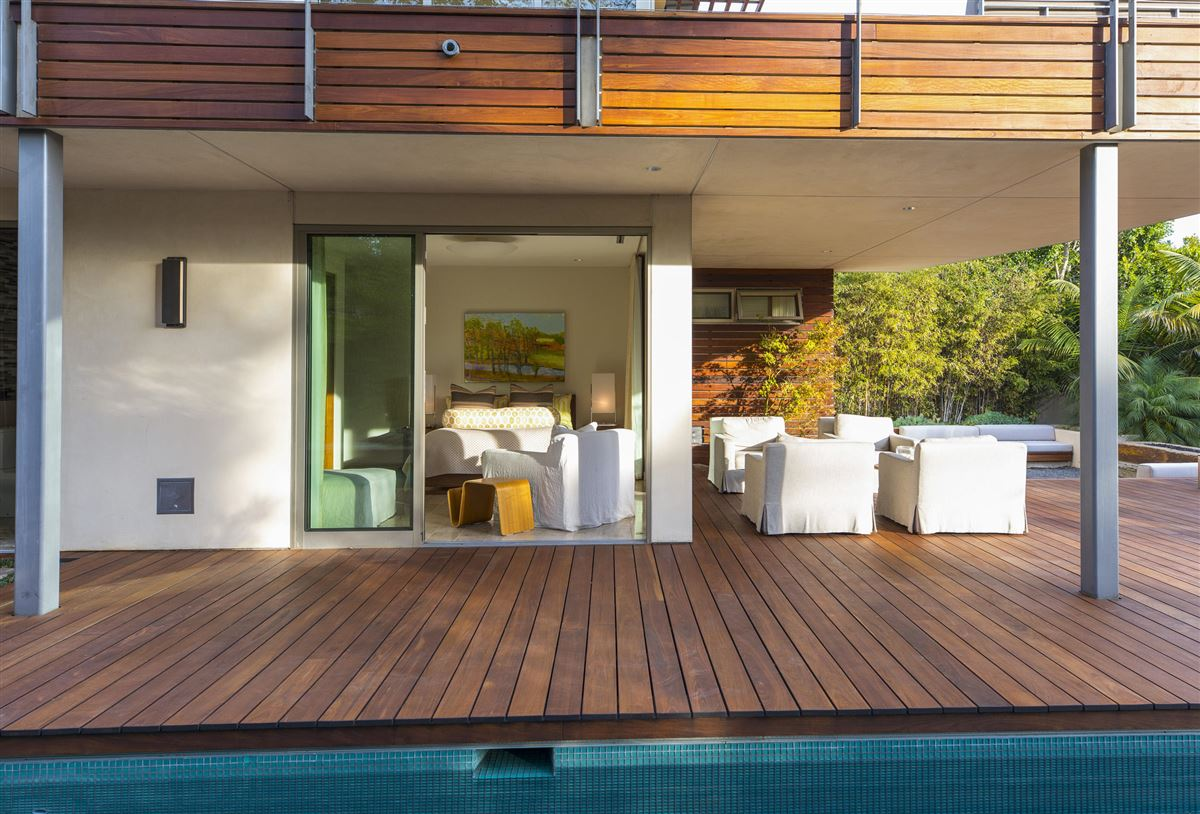 Sleek and distinctive modern retreat luxury real estate