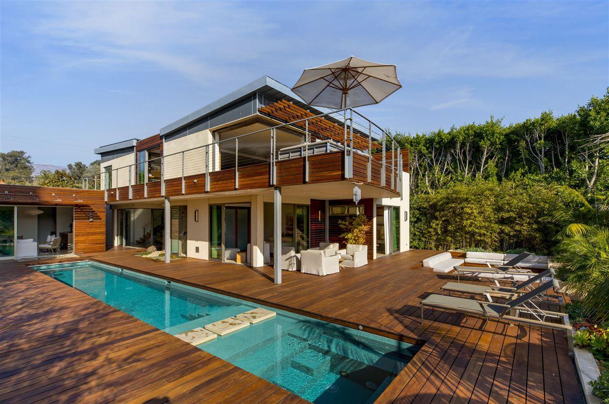 Sleek and distinctive modern retreat luxury homes