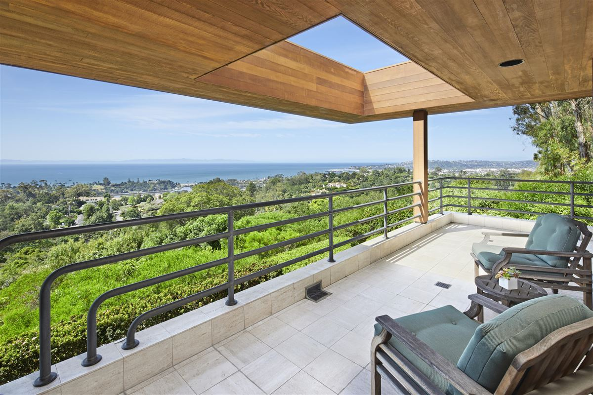 Casa Bene - commanding knoll-top property mansions