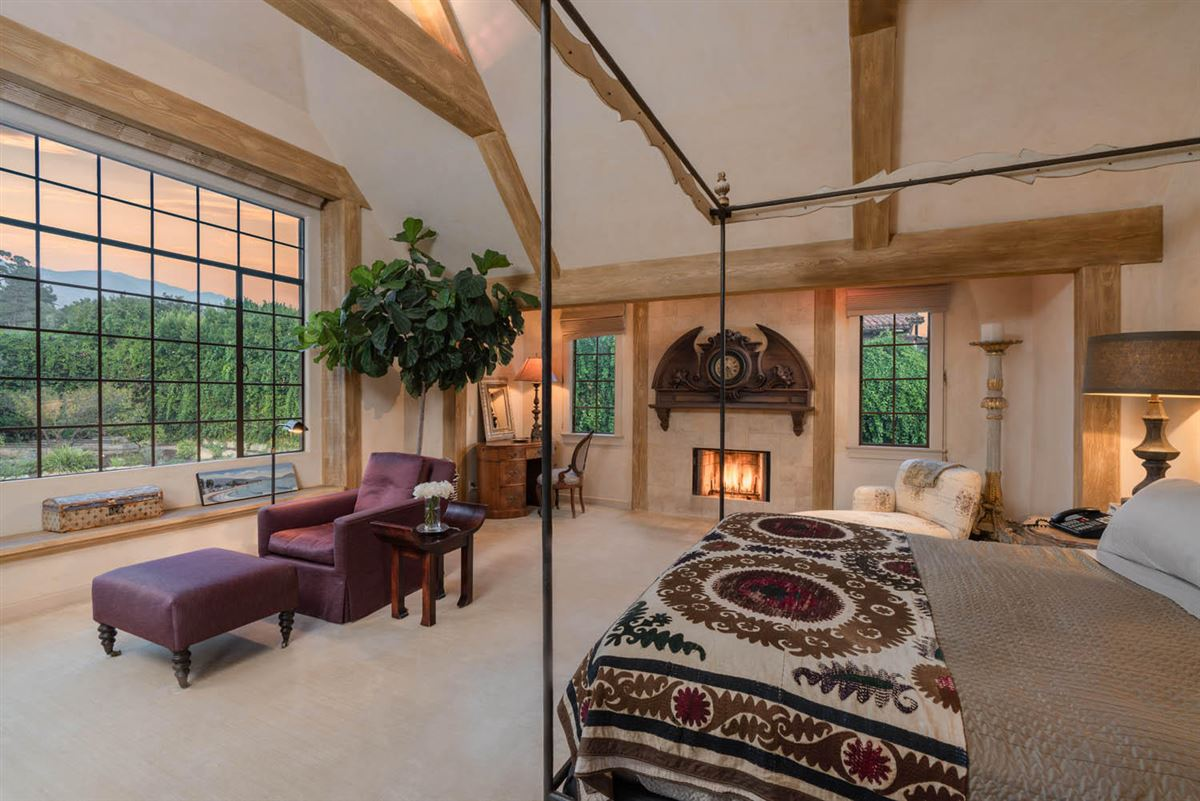 Mansions Beautiful home offers a peaceful oasis