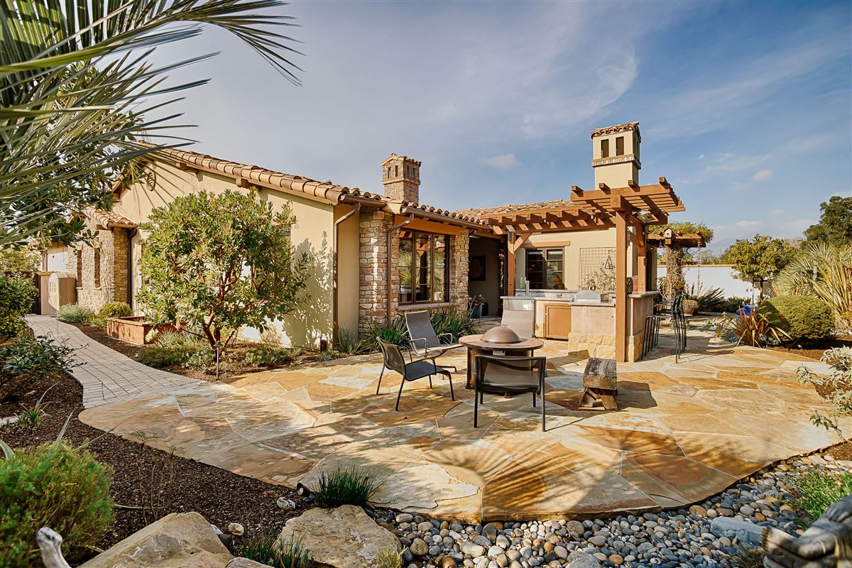 Mansions in Tuscan-style single level in an idyllic beachside setting