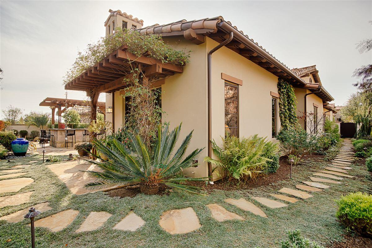 Luxury homes Tuscan-style single level in an idyllic beachside setting