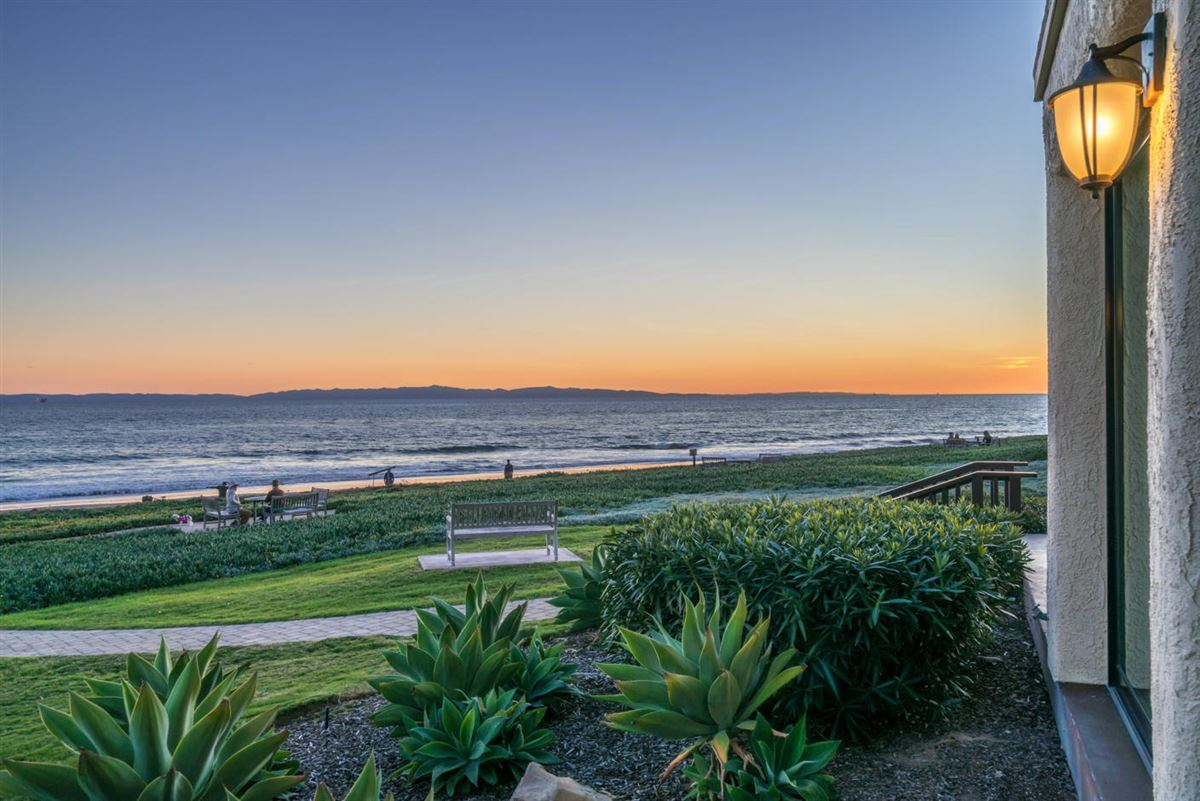 Mansions in best location on the beach at Montecito Shores