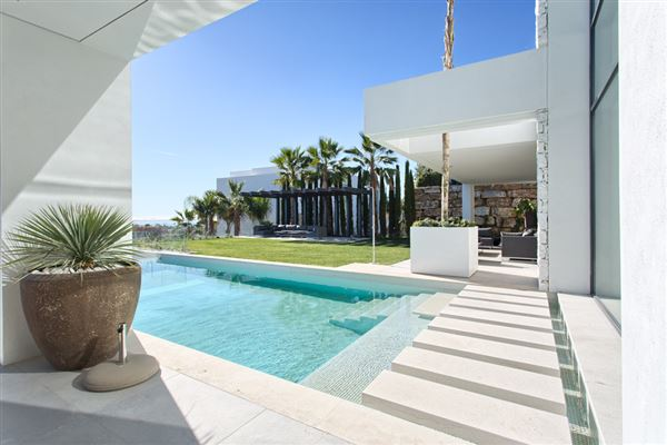 Mansions in Newly built contemporary quality villa