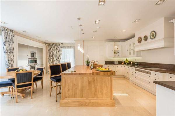 Luxury homes Elegant contemporary villa in Spain