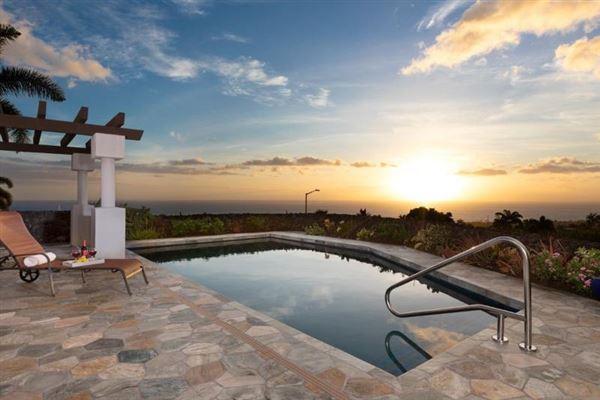 Mansions single-level residence in Kona Vistas