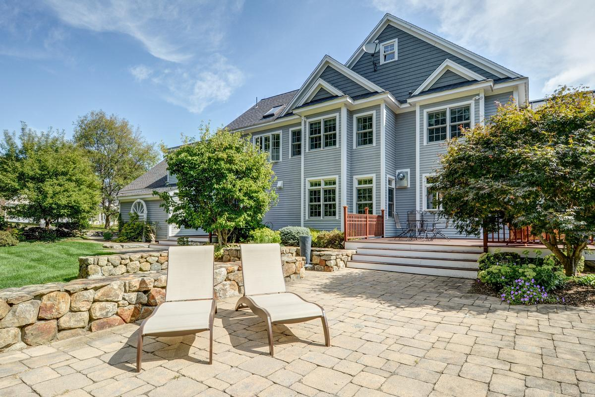 Mansions colonial home in Multi-acre estate setting