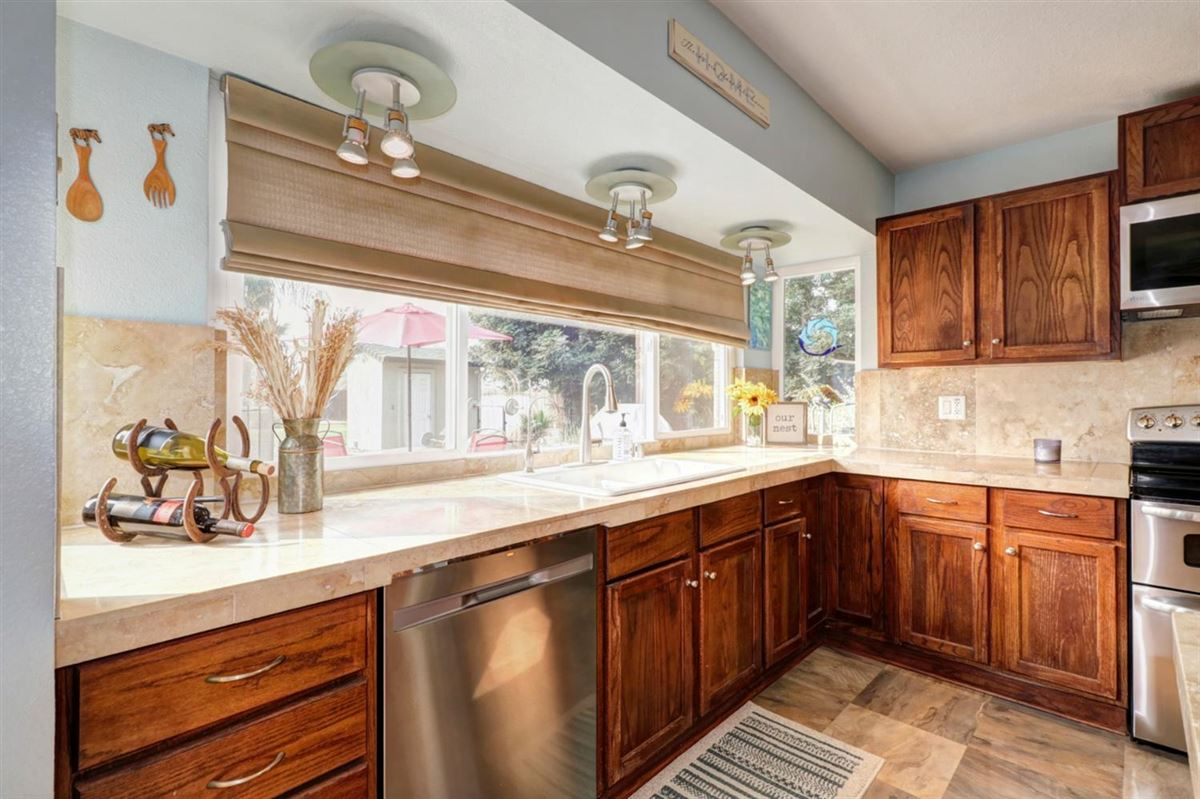 Mansions in delightful, well-maintained home