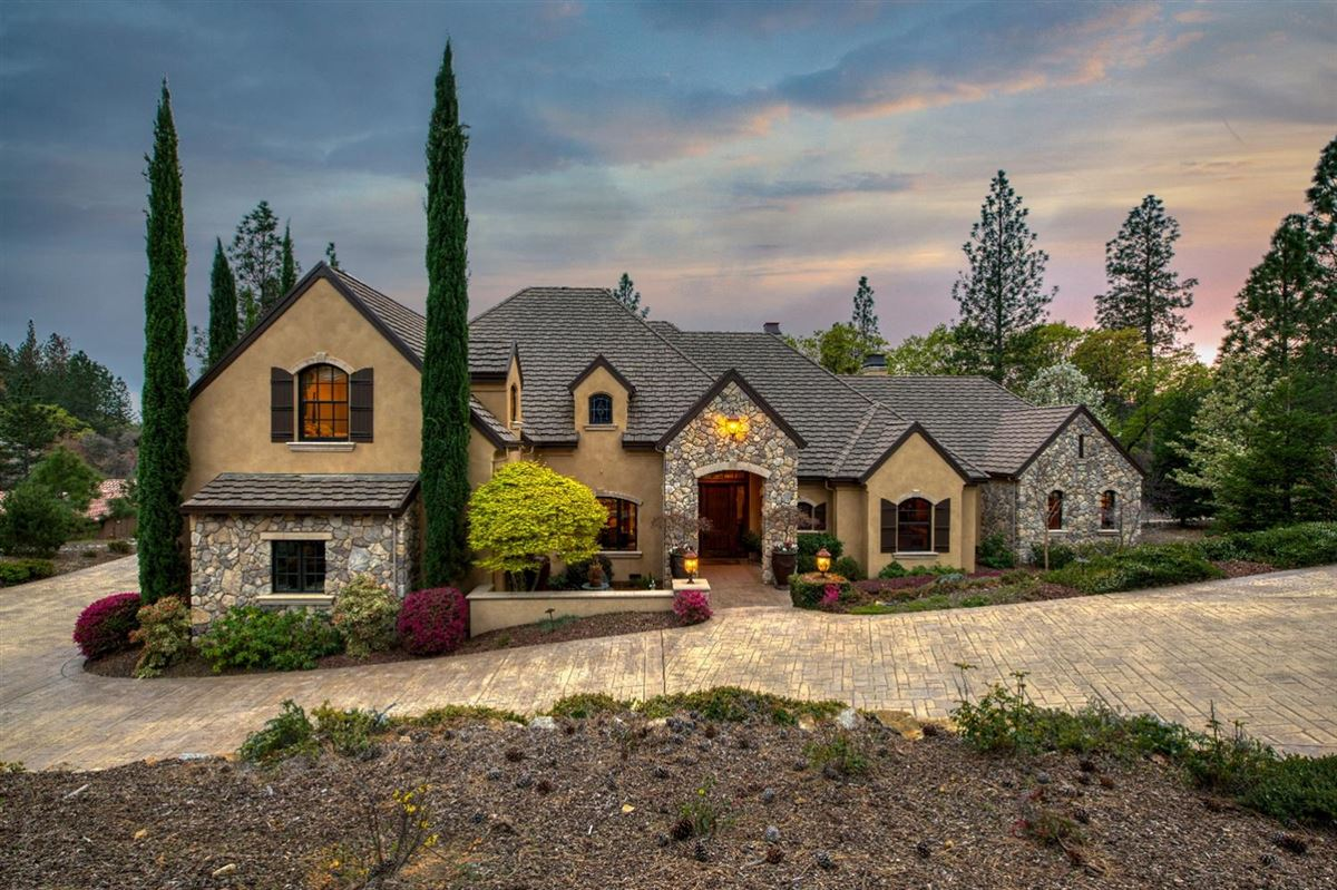 Mansions in sophisticated yet comfortable home overlooking the fairway