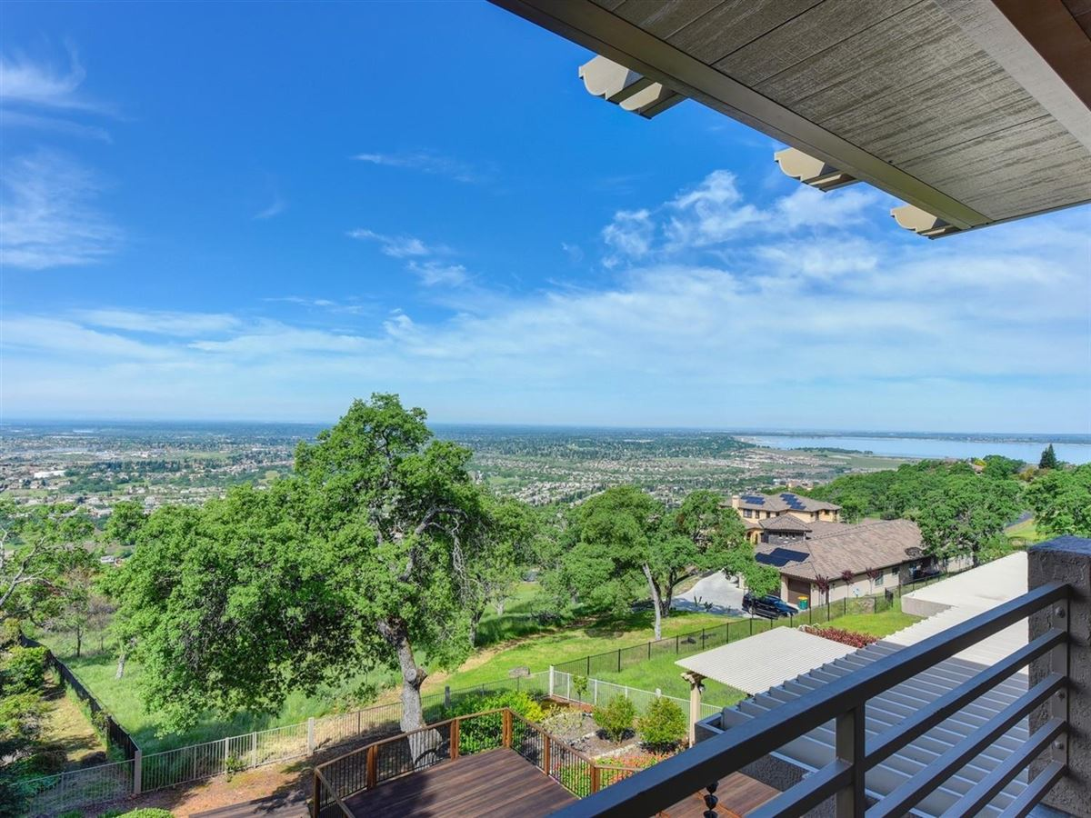 Luxury homes in spectacular views from Prestigious Powers Drive