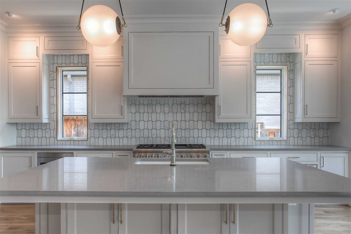 Mansions Beautiful new construction in gated Westover Square