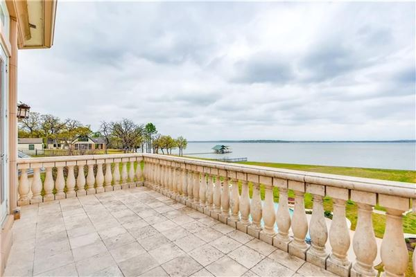 Luxury homes Palatial waterfront home