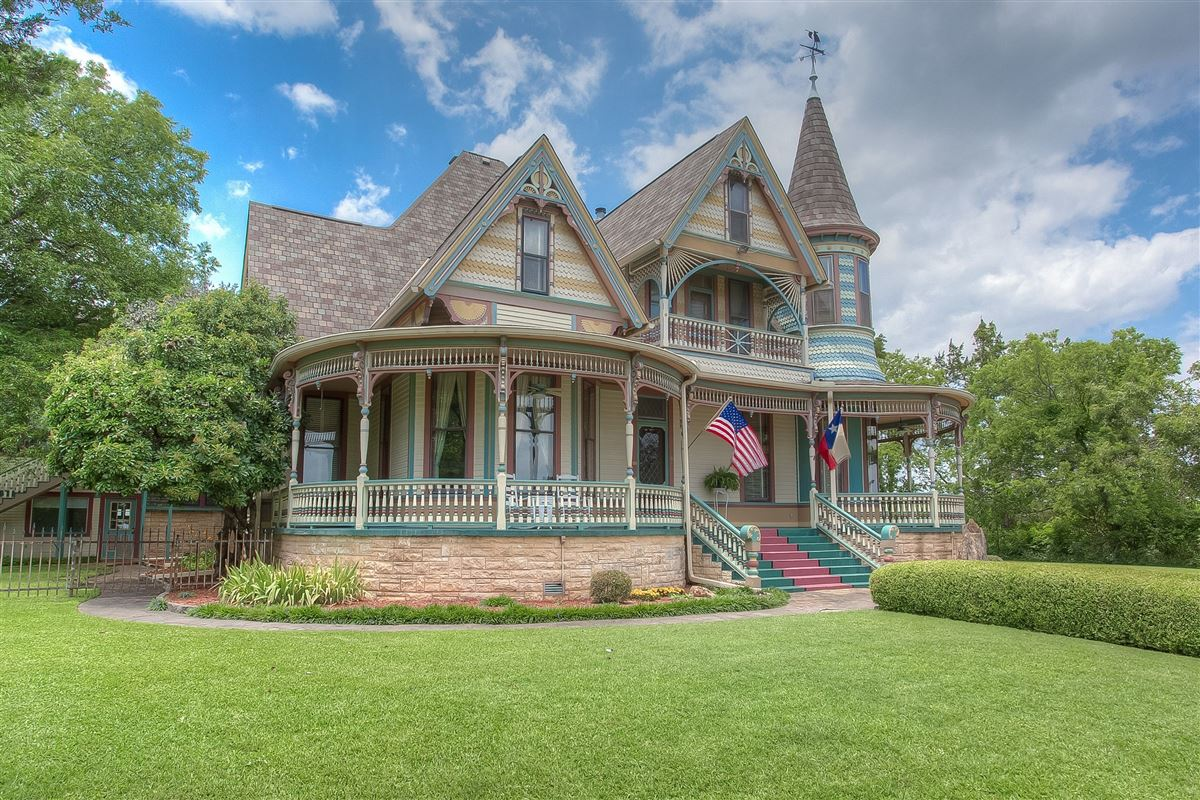 Queen Anne style Victorian painted lady luxury homes