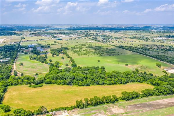 Prestigious horse facility with large ranch home luxury properties