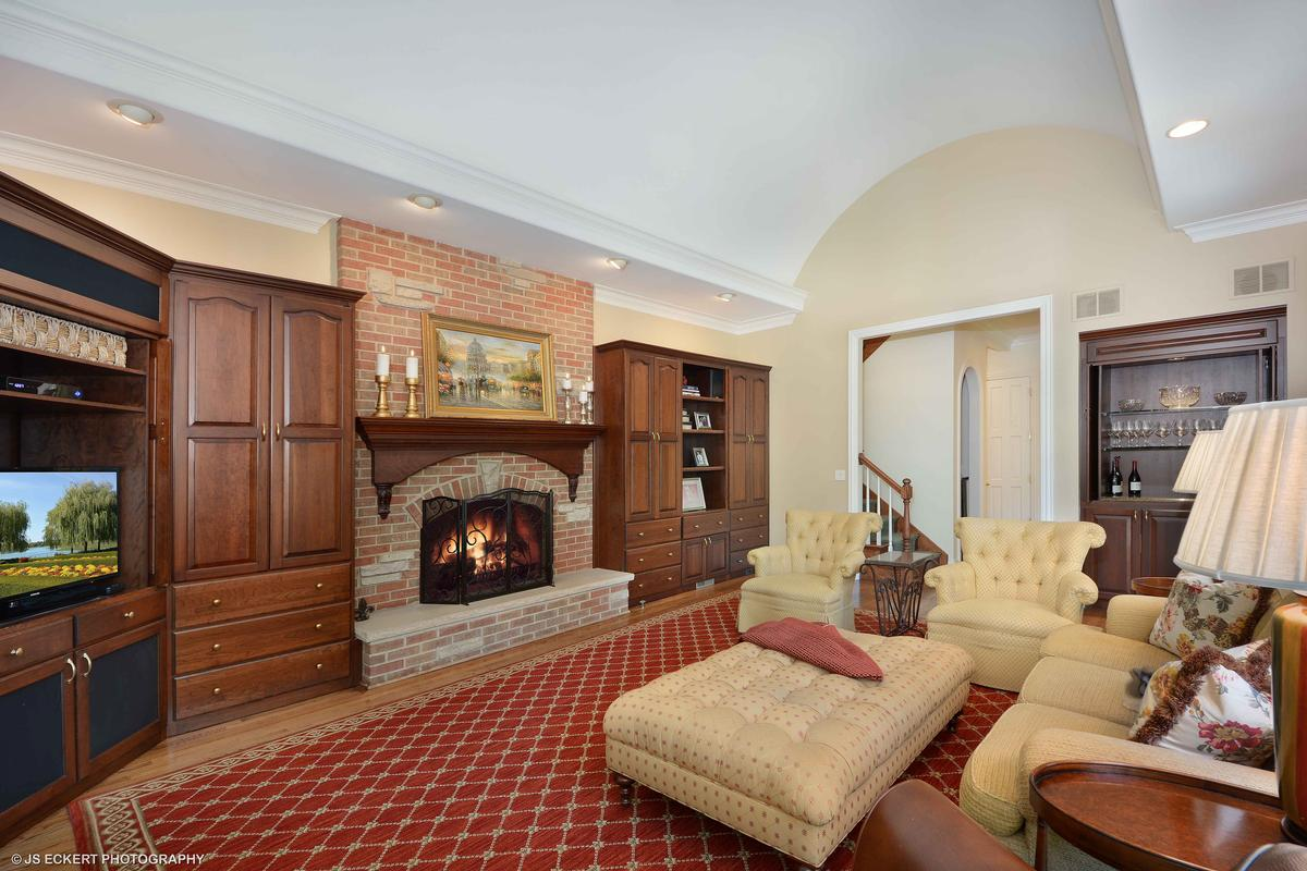 Luxury properties Elegant Lake Bluff Home