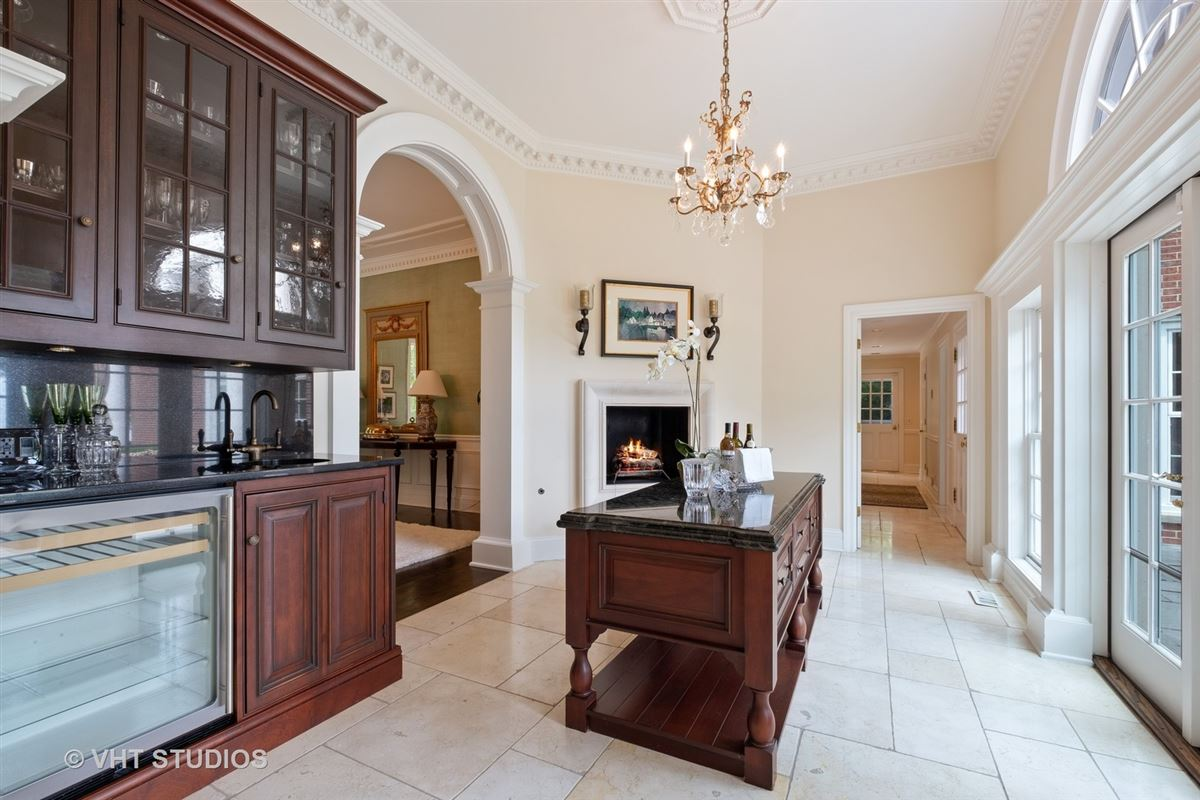 Luxury properties Spectacular lakefront estate