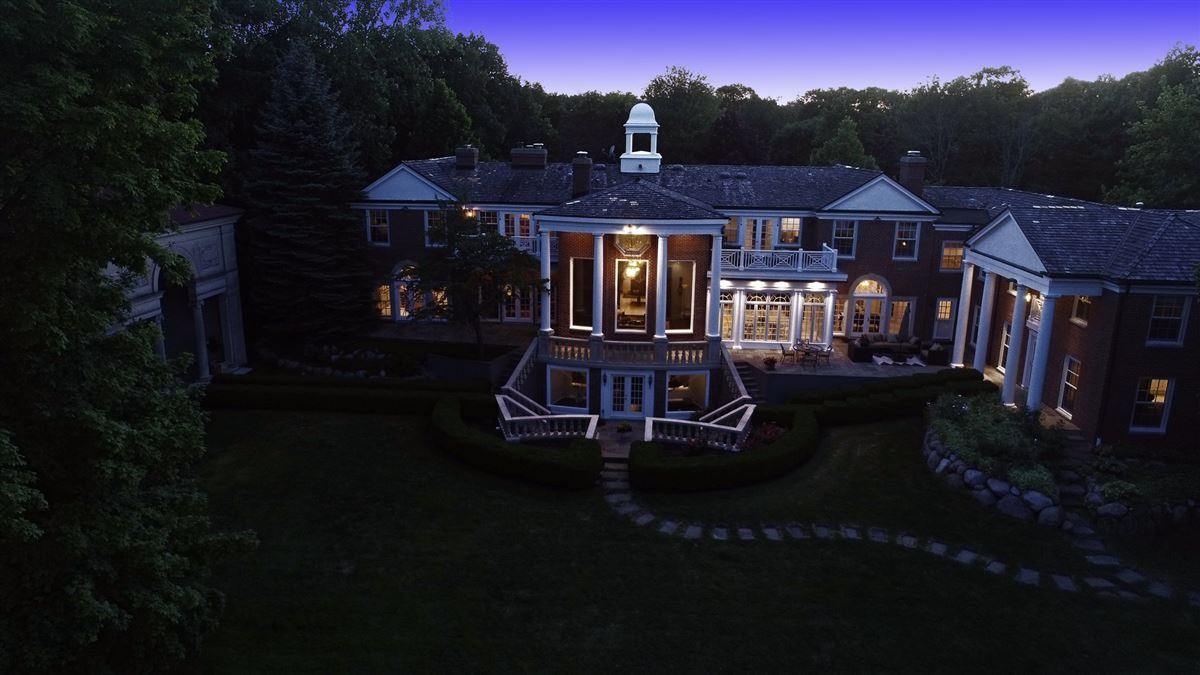 Luxury homes Spectacular lakefront estate