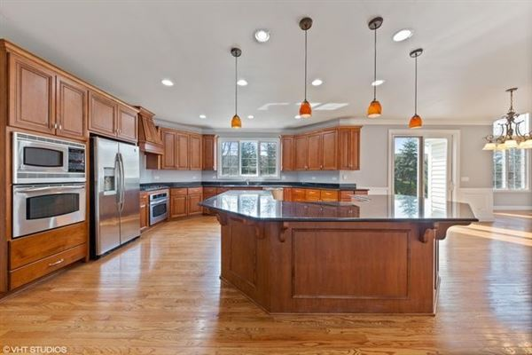 Luxury homes desirable location and Hinsdale Central High School district