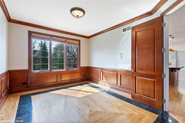 Luxury properties desirable location and Hinsdale Central High School district