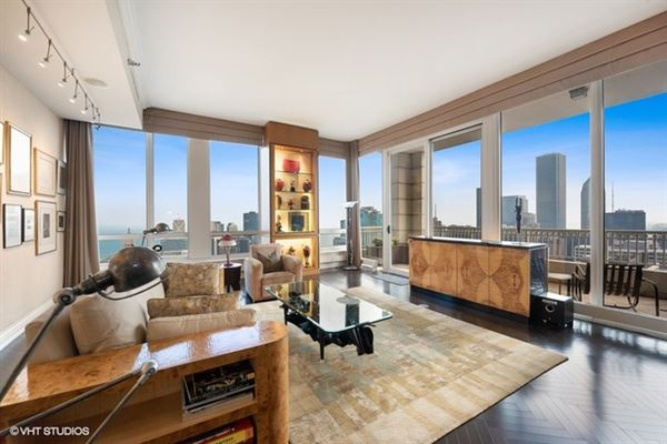 Luxury homes half-floor penthouse with exceptional views and extraordinary space