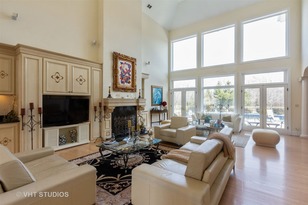 Luxury properties EXQUISITE HOME INCLUDES A BACKYARD AND POOL