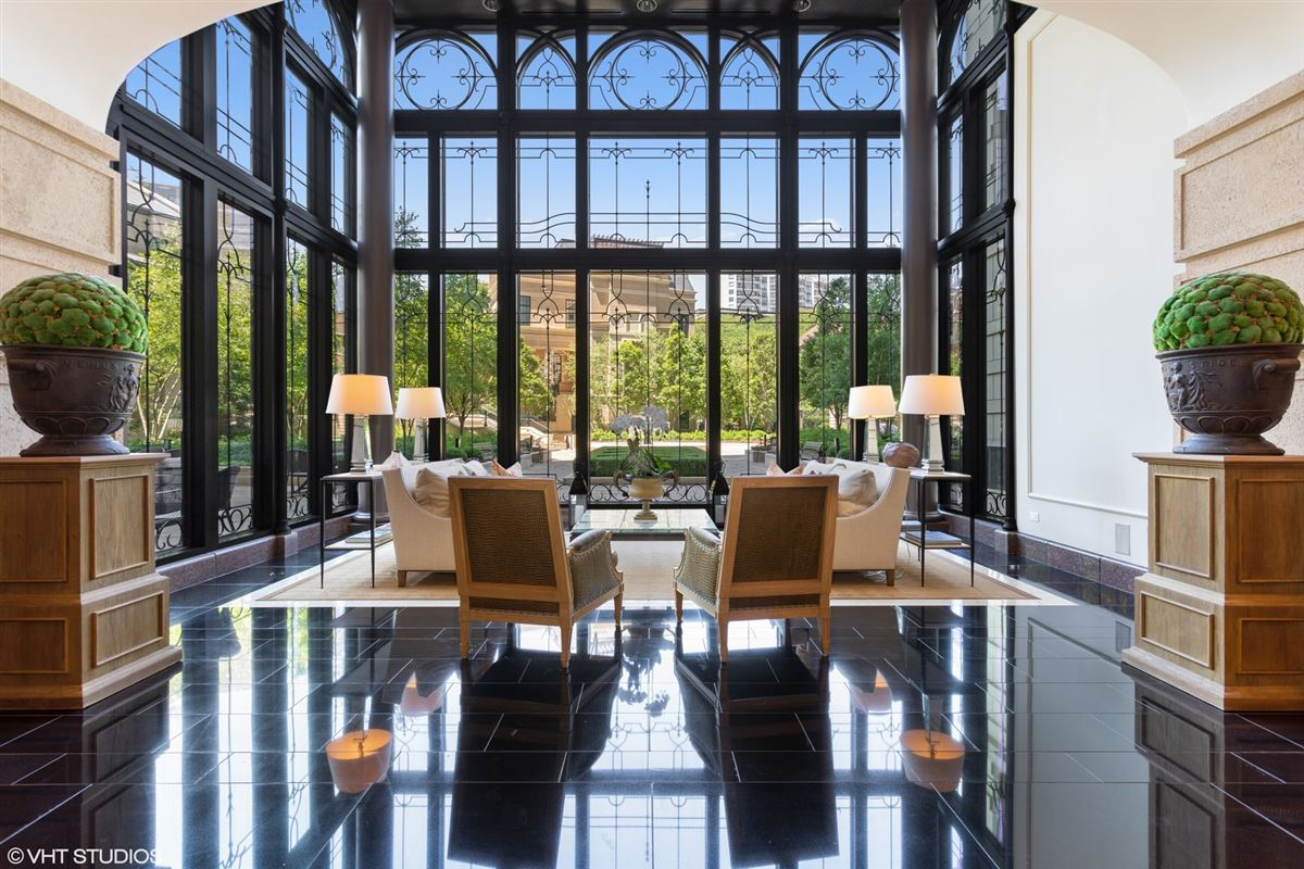 Mansions in exquisite home at prestigious Lincoln Park 2550